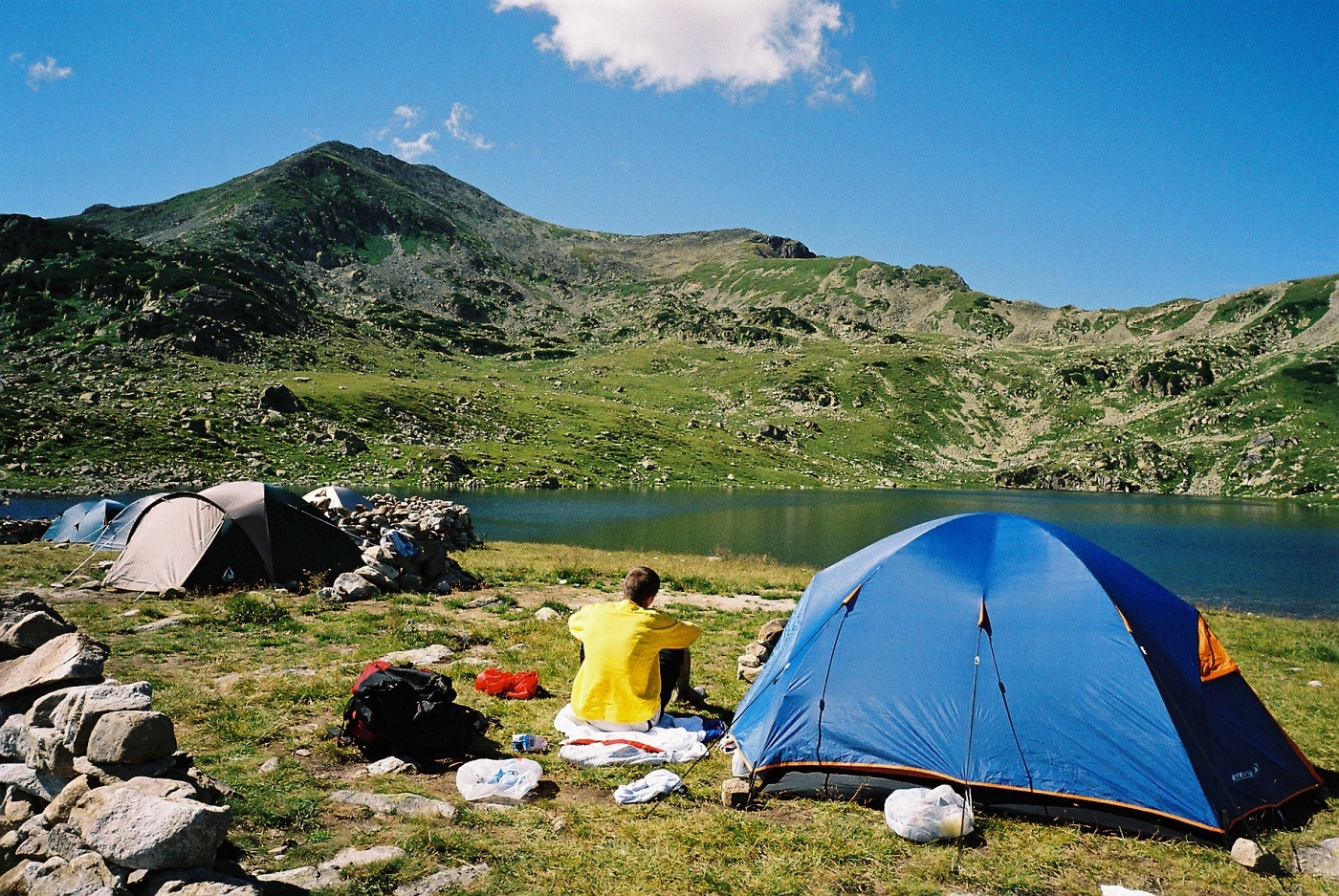 Cazare la cort, pe malul Lacului Bucura