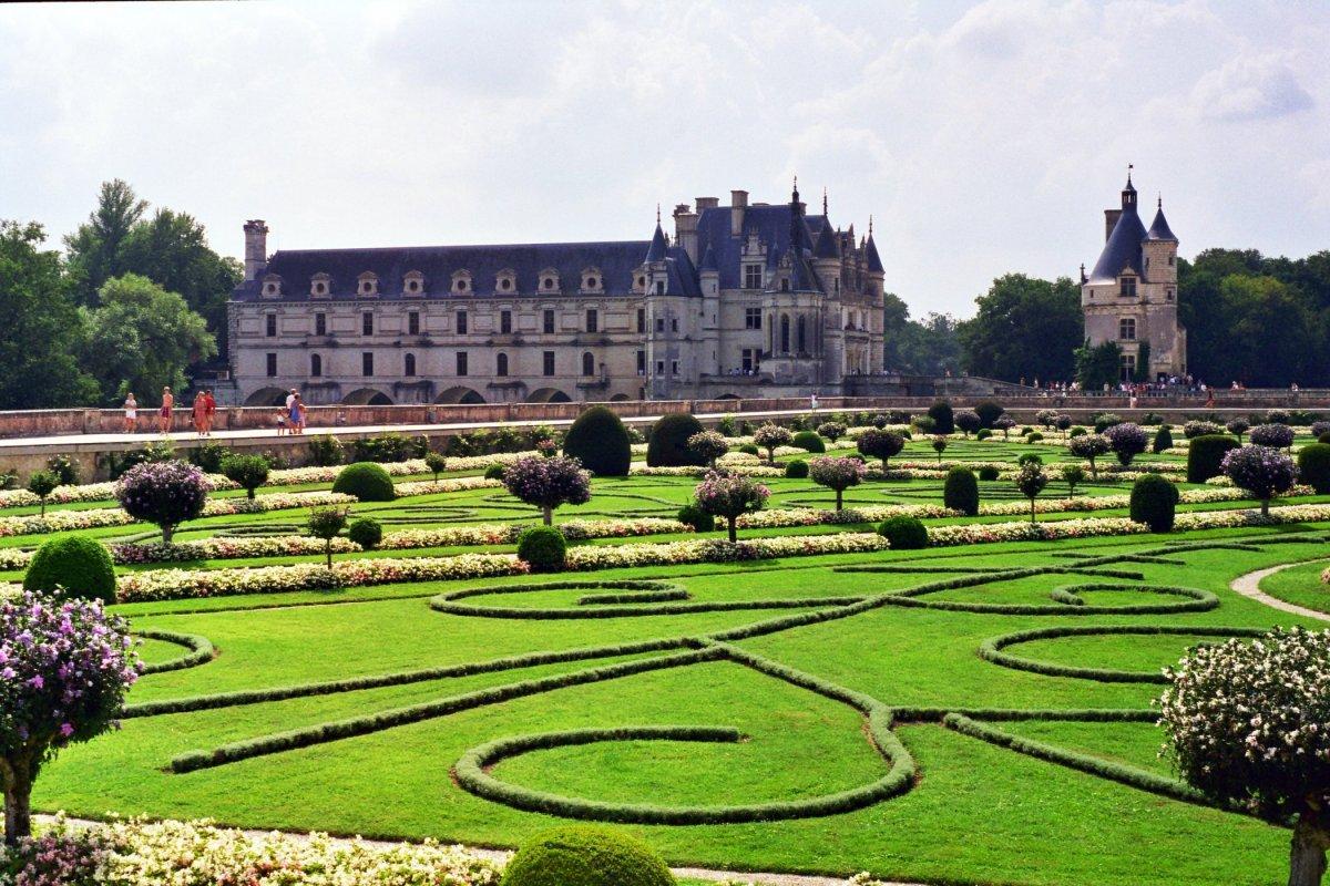Grădinile castelului conferă un farmec aparte întregii zone