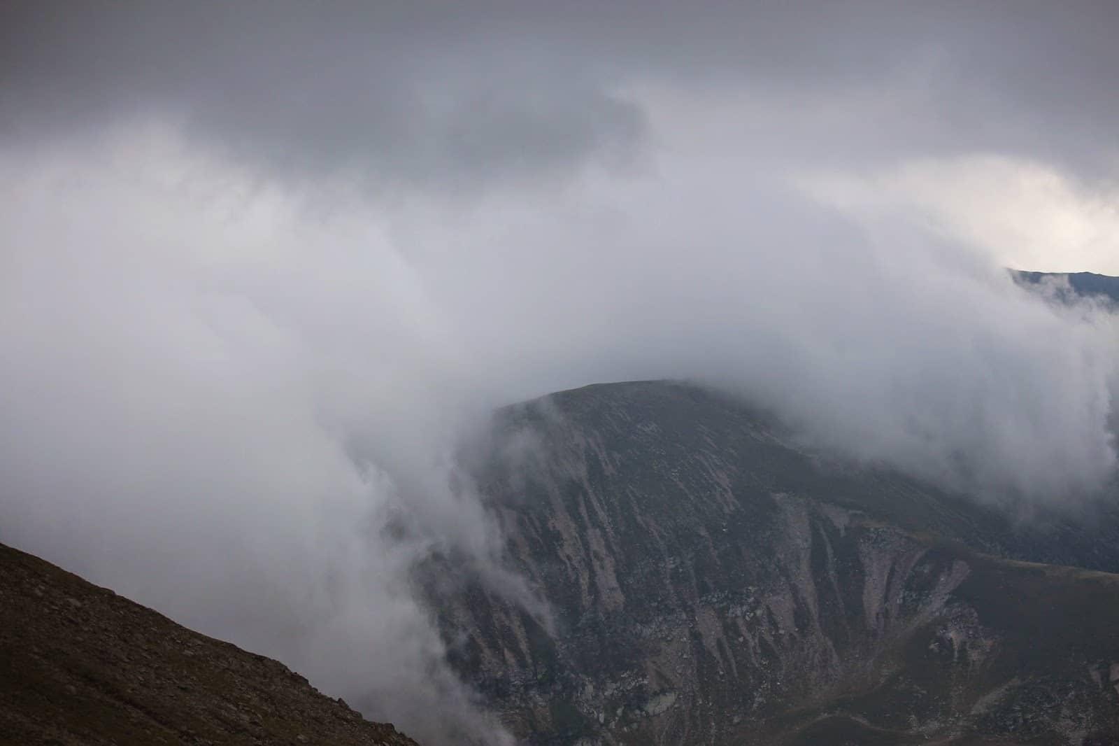 Vârful Gugu învăluit de un aer misterios