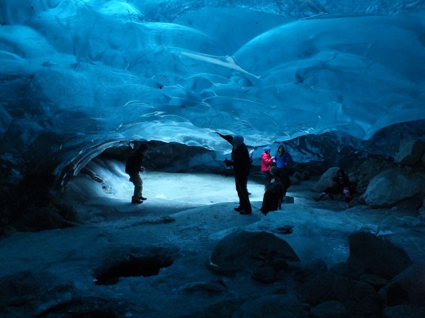 Peşterile de gheaţă, structuri deosebite, dar periculoase