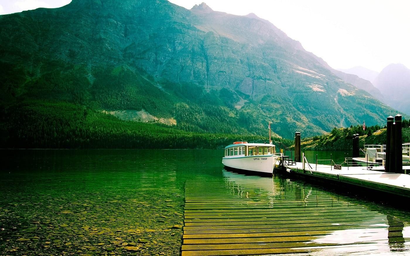 Plimbările pe apele lacurilor sunt o activitate preferată a turiştilor