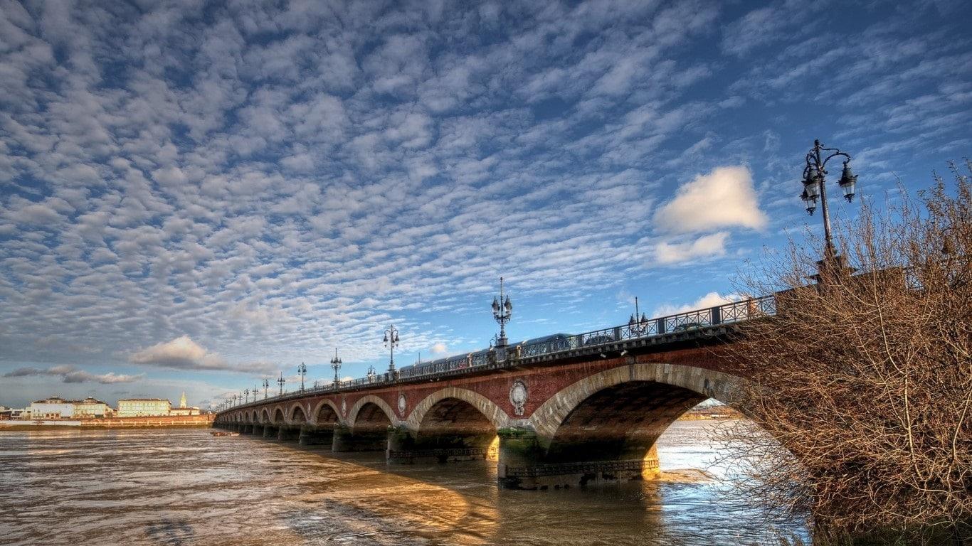 Podurile de pe Râul Garonne conferă un farmec aparte