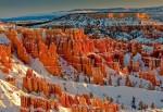 Structurile multicolore contrastează frumos cu zăpada strălucitoare