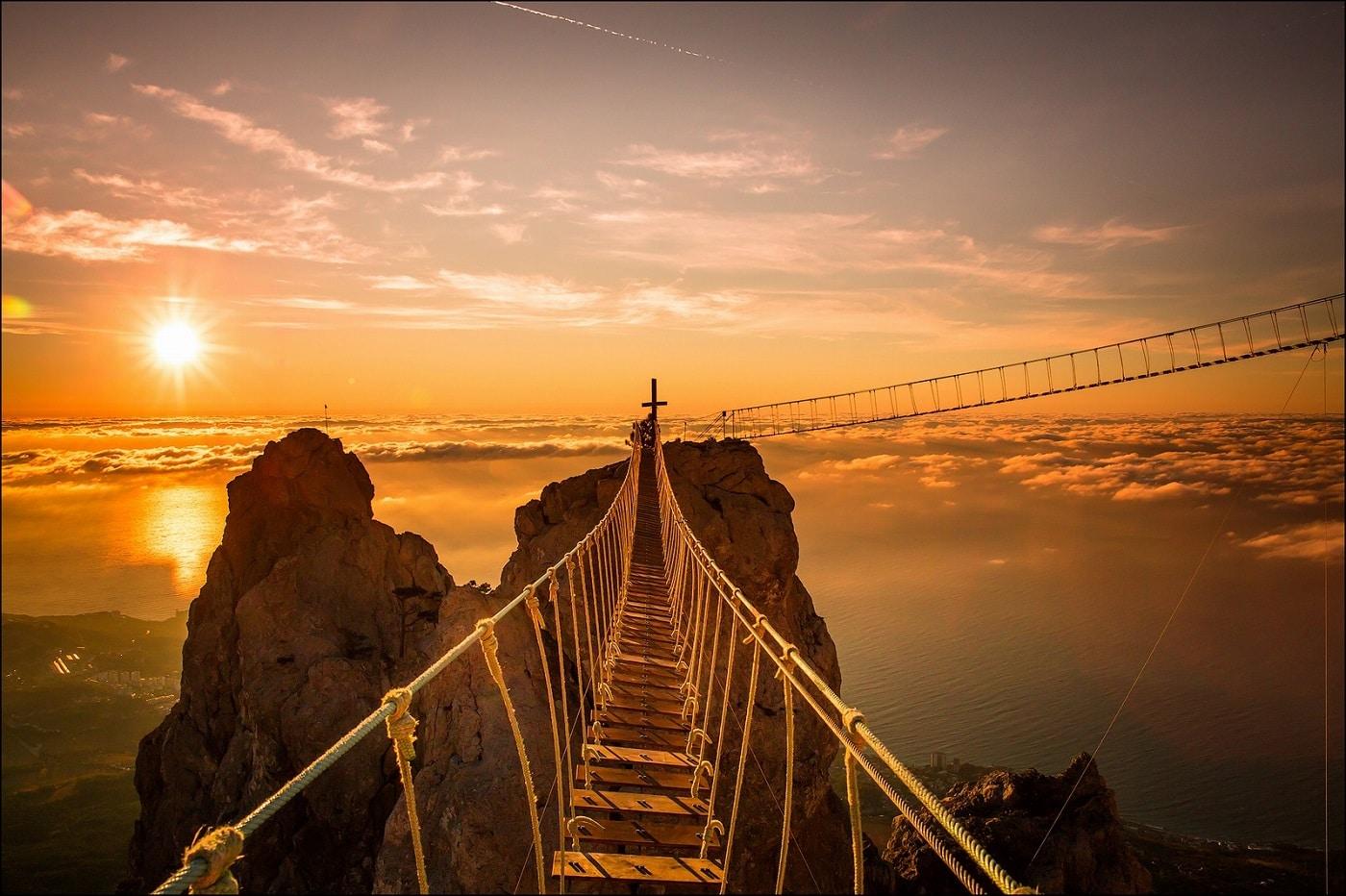 Treptele care duc spre vârful muntelui sunt o provocare pentru alpinişti!