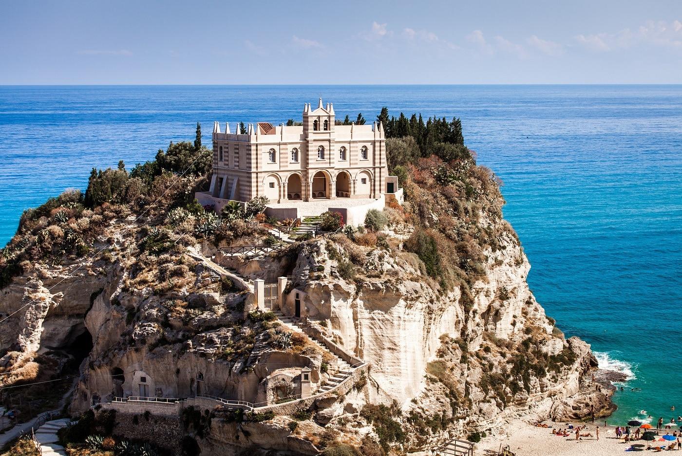 Vizitatorii urcă pe treptele abrupte pentru a ajunge la mănăstire