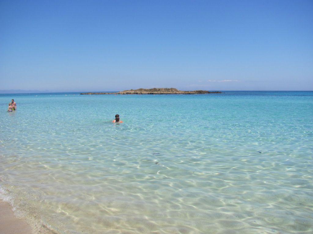 """Apa cristalină din zona plajei """"Fig Tree Bay"""" și insula"""