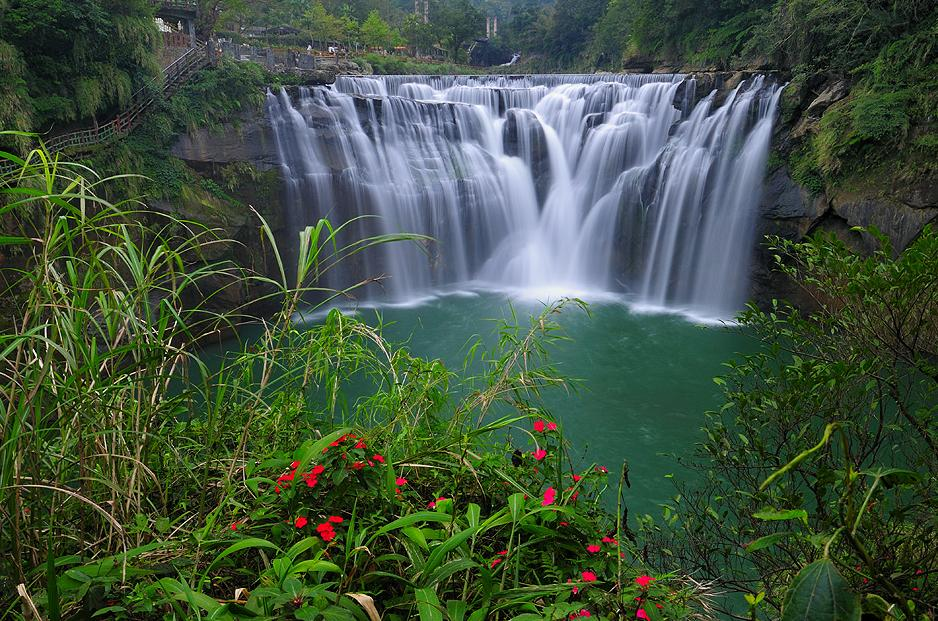 Împrejurimile înverzite completează perfect frumuseţea cascadei