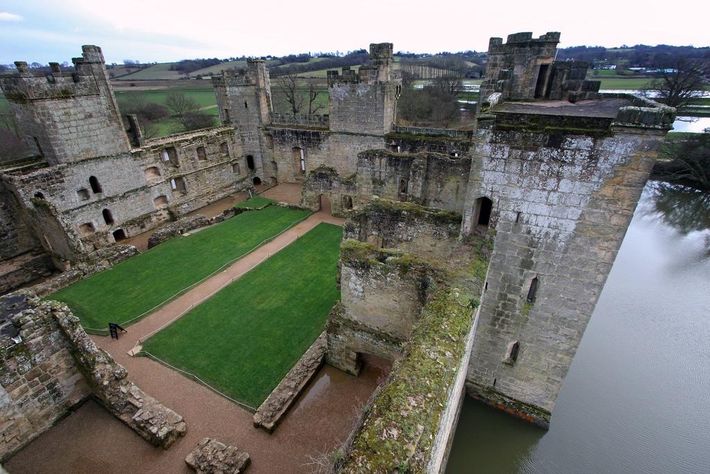 Aleile interioare te fac să zăboveşti şi mai mult la castel