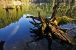 Apele lacului ascund o mulţime de obstacole