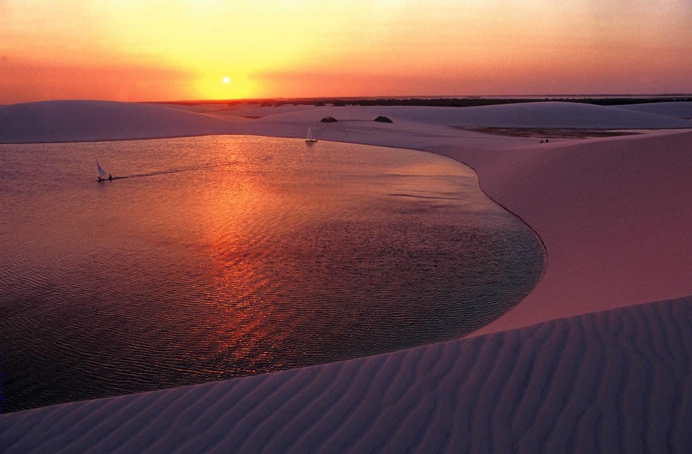 Apusul pune dunele de nisip într-o altă lumină