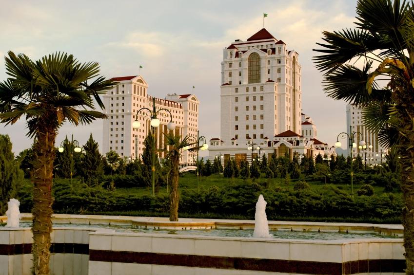 Arhitectura oraşului este dominată de albul imaculat