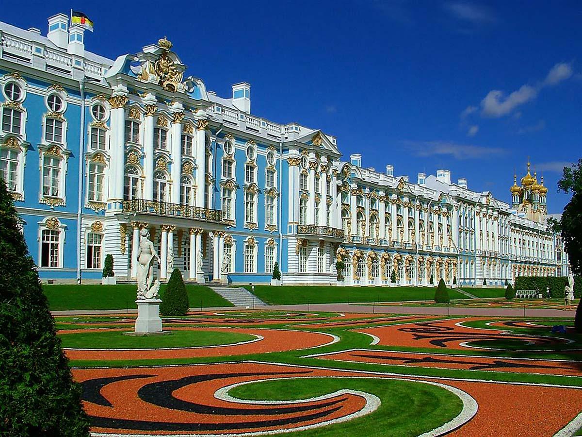 Grădinile cu forme geometrice din faţa palatului conferă un farmec aparte