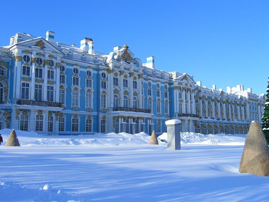 Iarna, albastrul palatului contrastează plăcut cu zăpada de un alb imaculat
