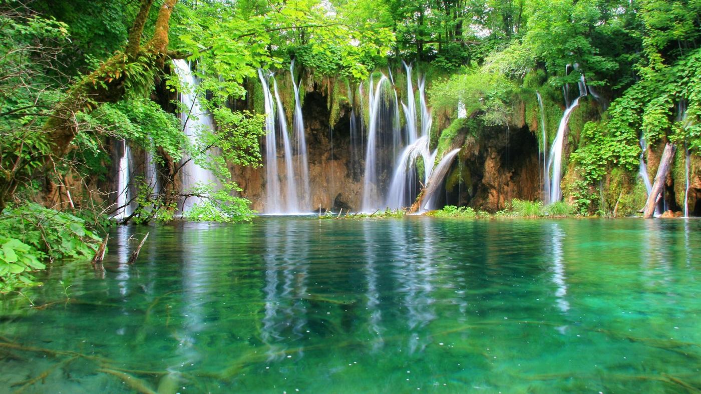 Mai mulţi factori naturali acţionează asupra culorii apelor