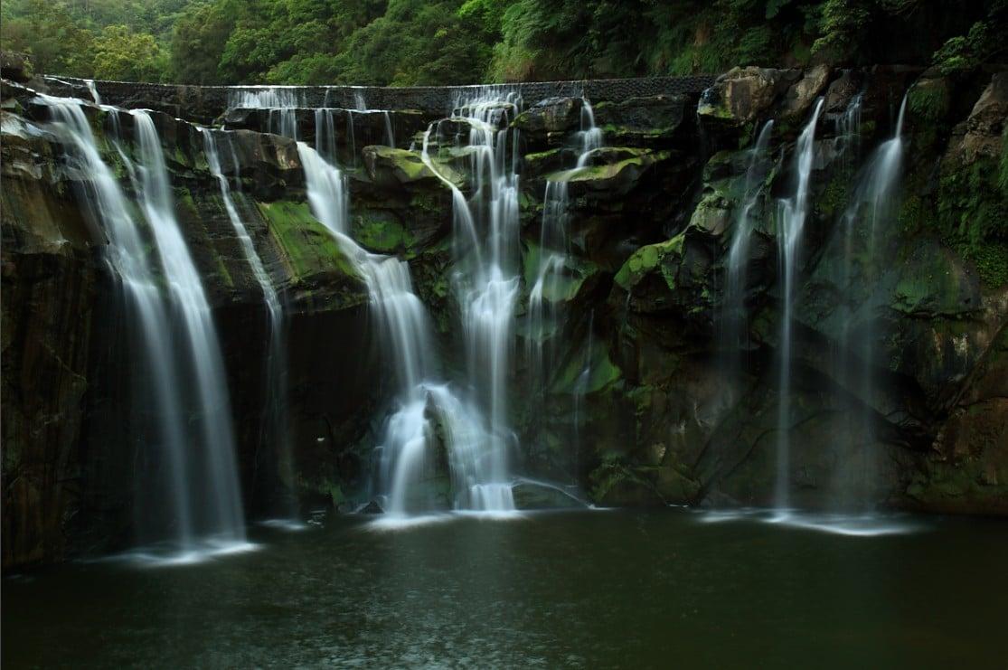 Mai multe cursuri de apă alcătuiesc Cascada Shifen