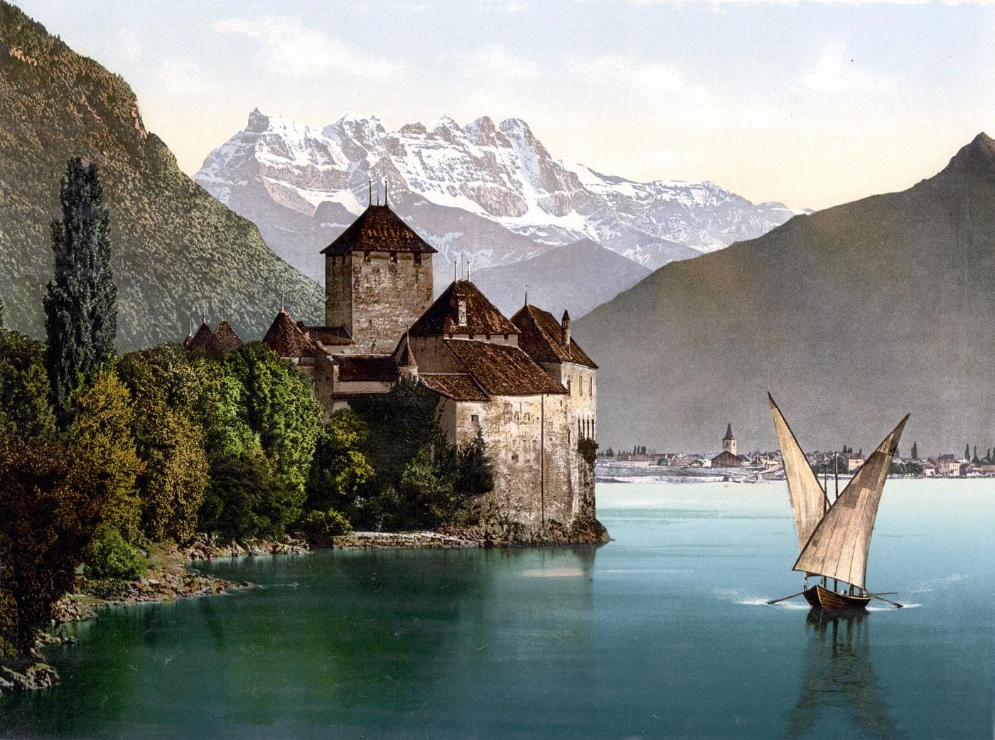Mulţi turişti optează pentru plimbări cu barca pentru a vedea o altă ipostatză a castelului