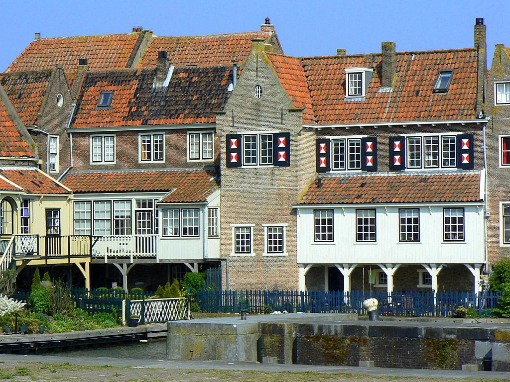 Multe dintre edificiile oraşului păstrează arhitectura Olandei de odinioară