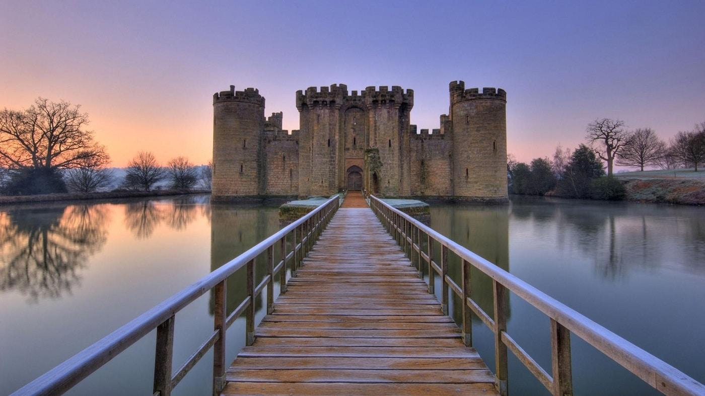 O punte din lemn te conduce până la intrarea în castel