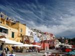 Pe insulă există o mulţime de terase şi restaurante interesante