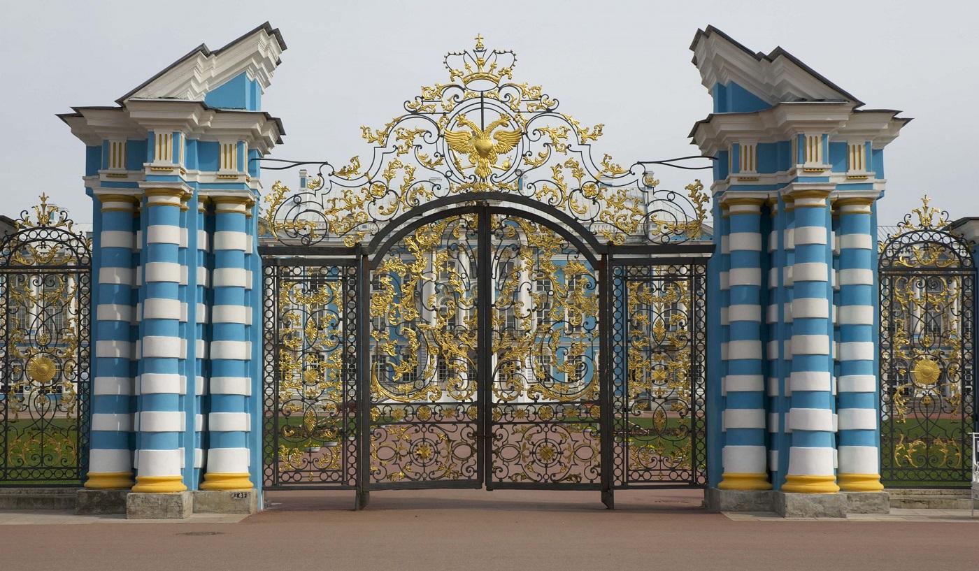 Poarta principală a palatului