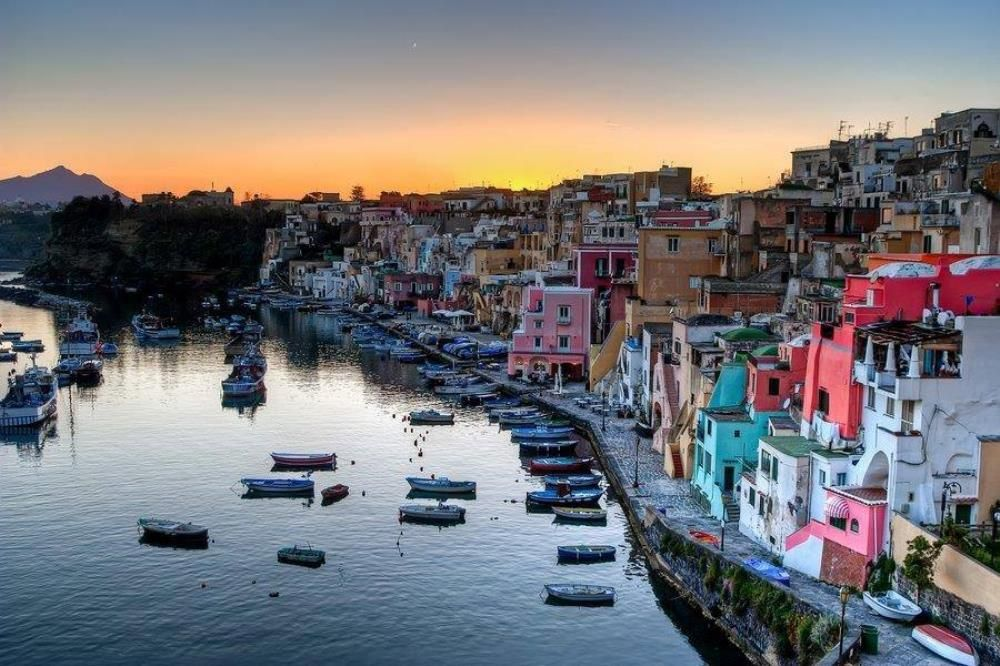 Procida, insula edificiilor multicolore