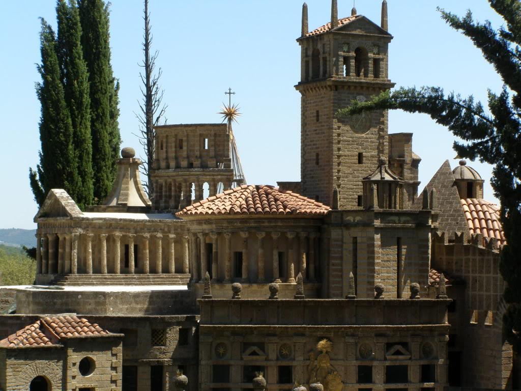 Turnuri, coloeane şi statui crează o lume de poveste