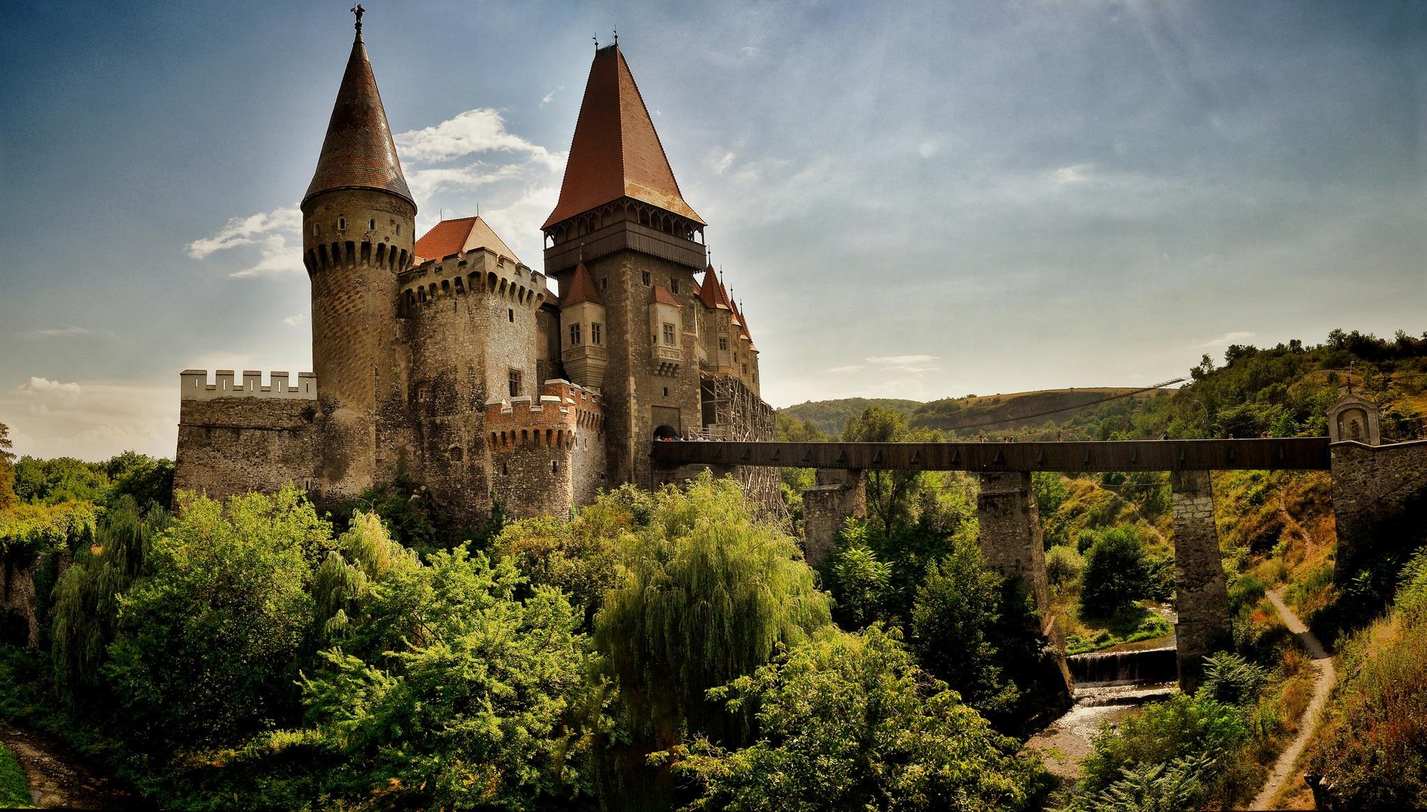 Castelul Corvinilor din România  - un loc plin de legende și mister