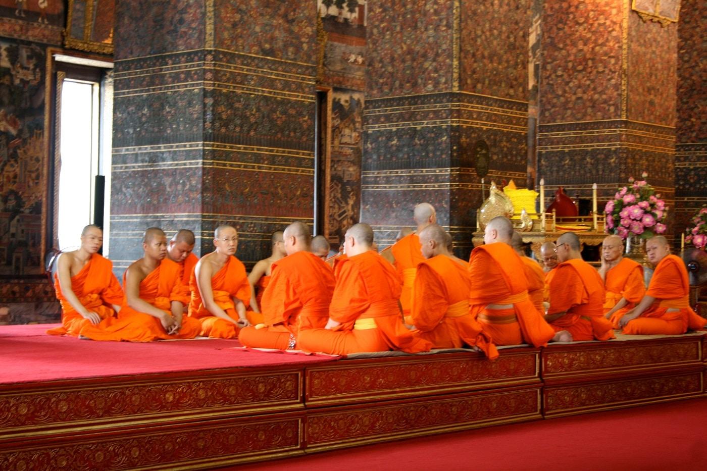 Călugării budiști petrec o viață în rugăciune