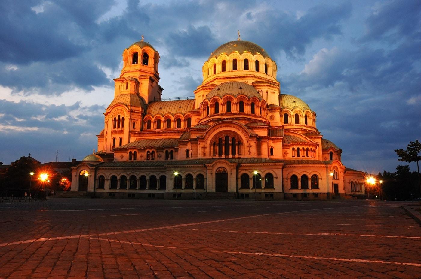 Catedrala este plăcut iluminată în timpul nopții