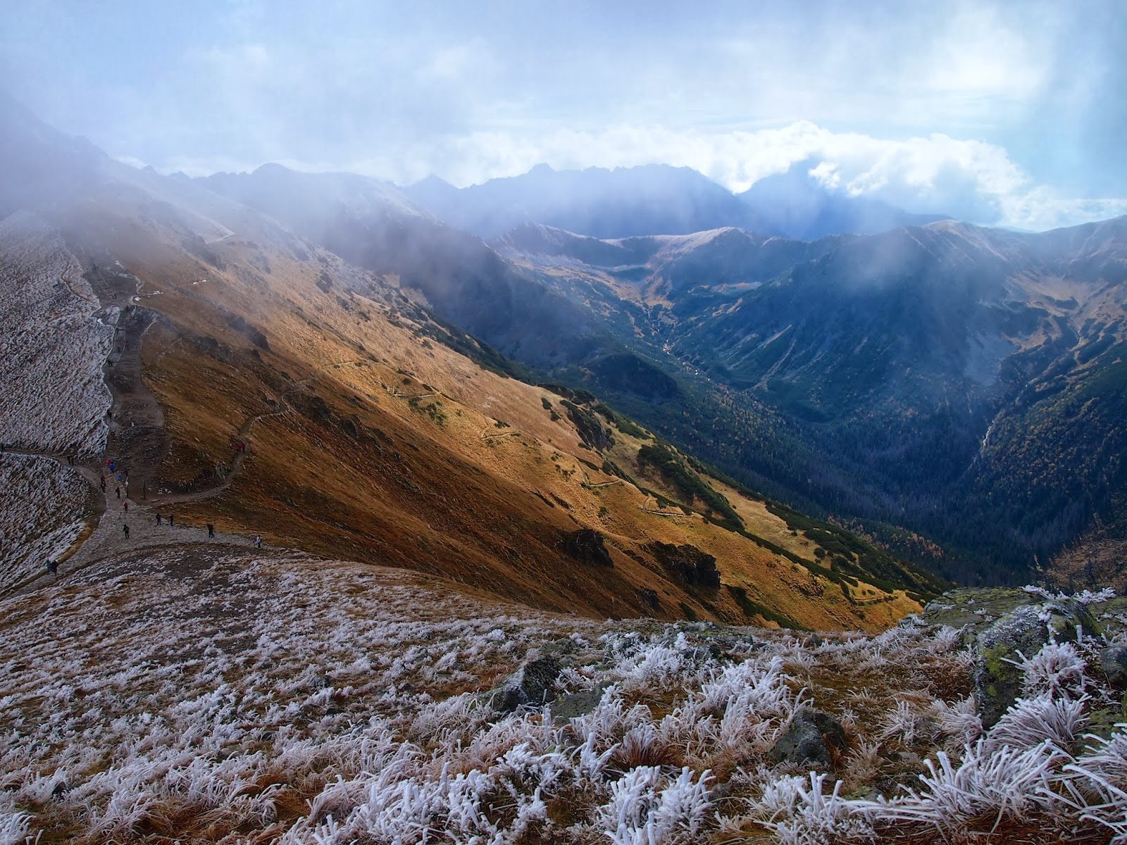 Crestele înalte sunt perfecte pentru drumeții montane