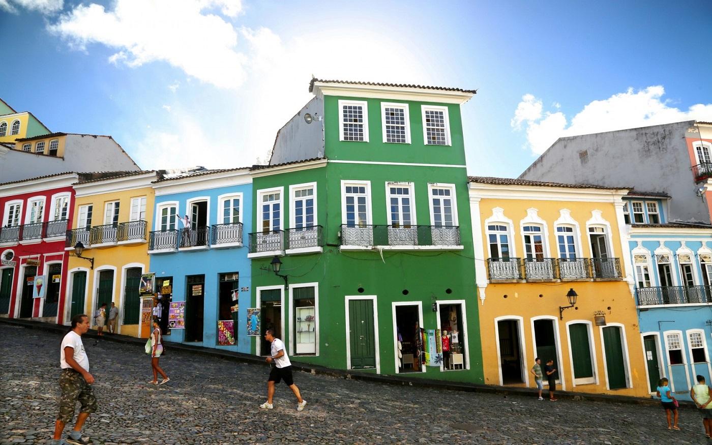 Edificiile multicolore conferă zonei un farmec aparte