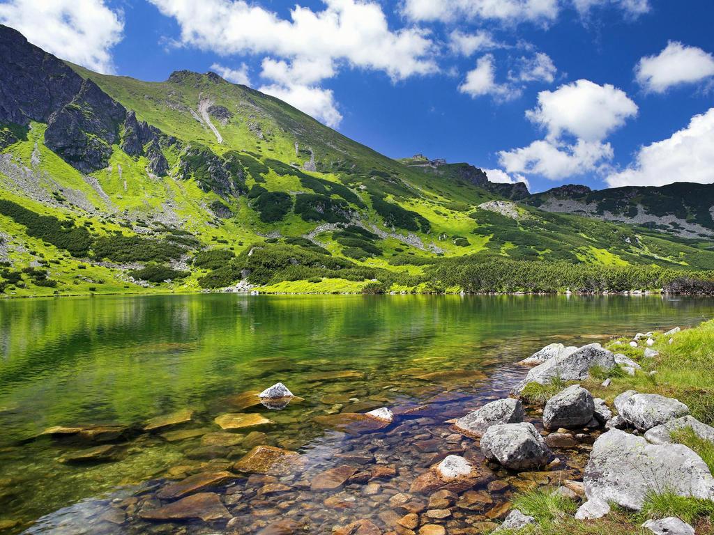Munții crează priveliști spectaculoase în orice sezon
