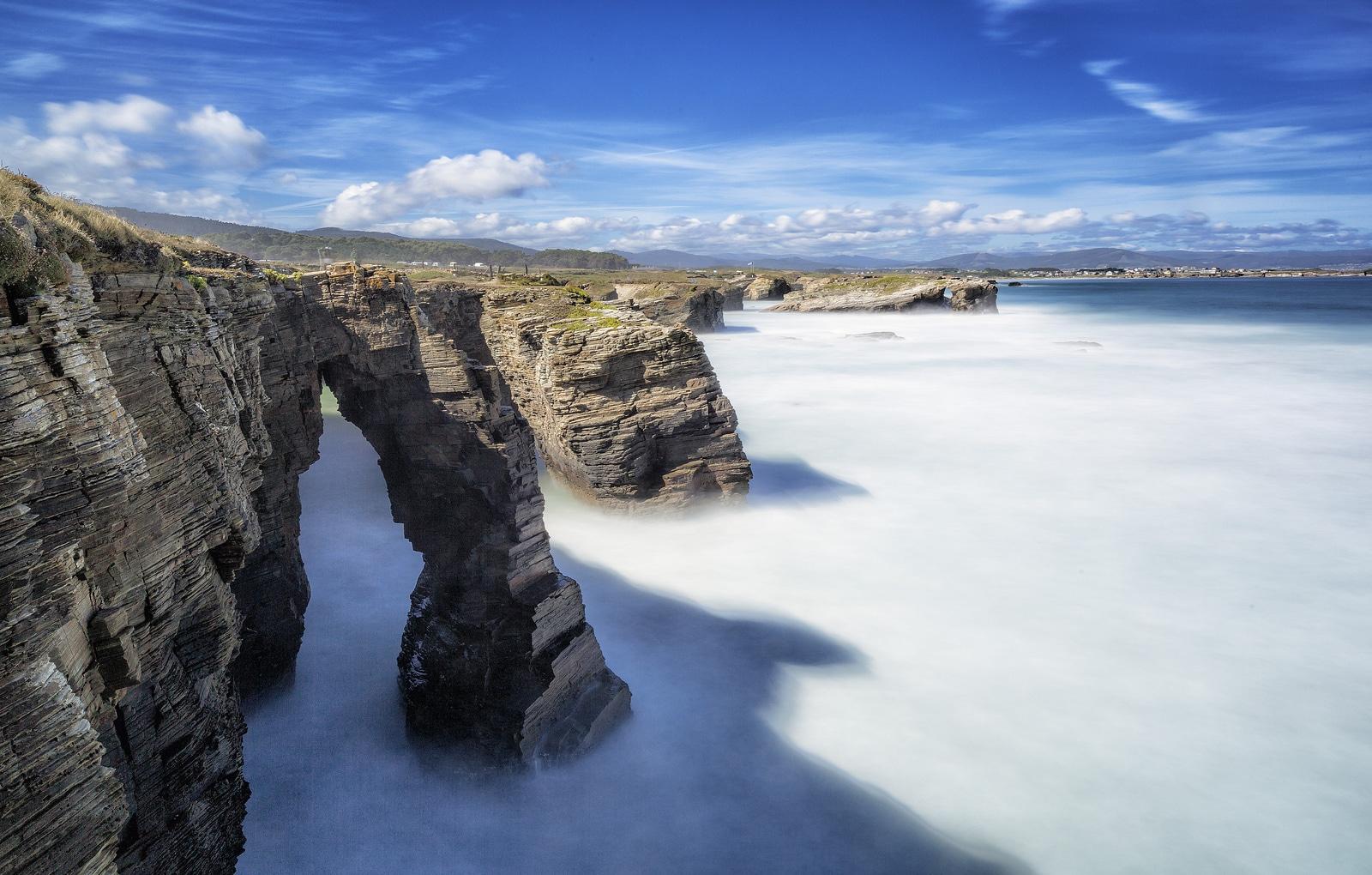 Relieful masiv formează şi frumoasele peşteri naturale