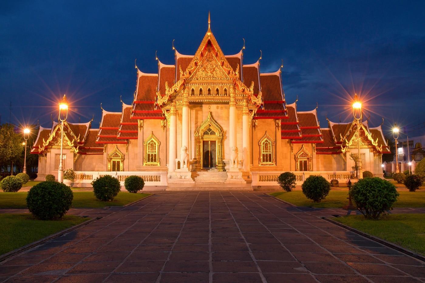 Templul Wat Benchamabophit, frumos iluminat în timpul nopții
