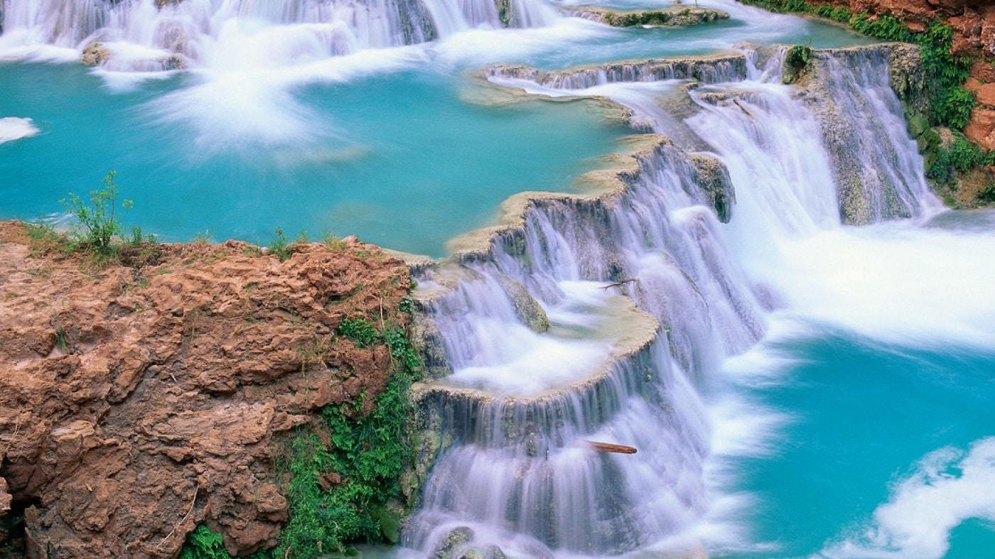 Turiștii se aventurează în apele repezi
