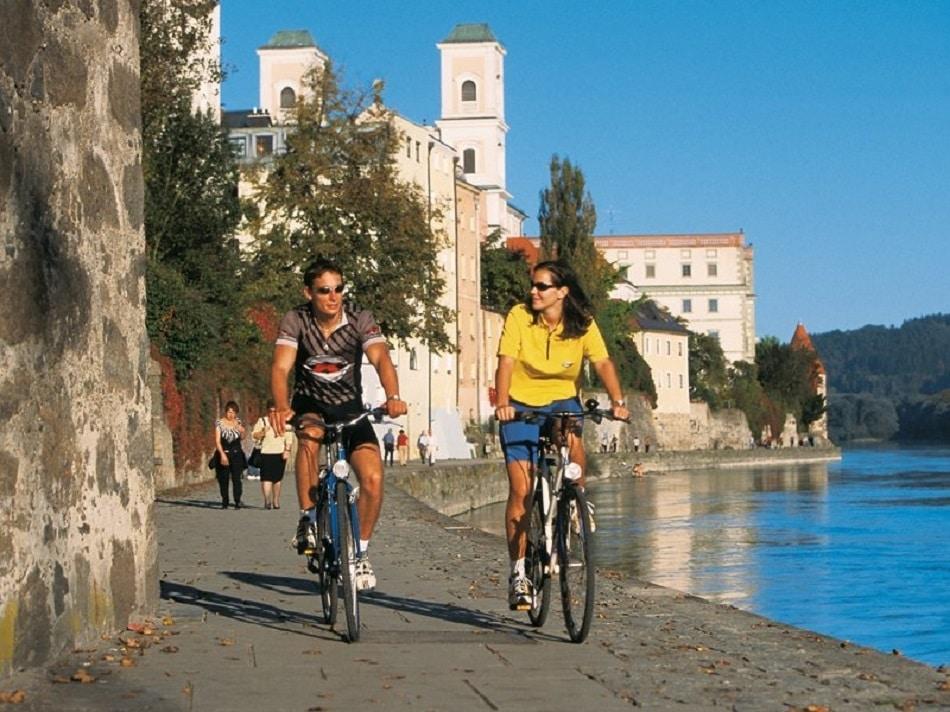 Pista ciclabilă de-a lungul fluviului Dunărea