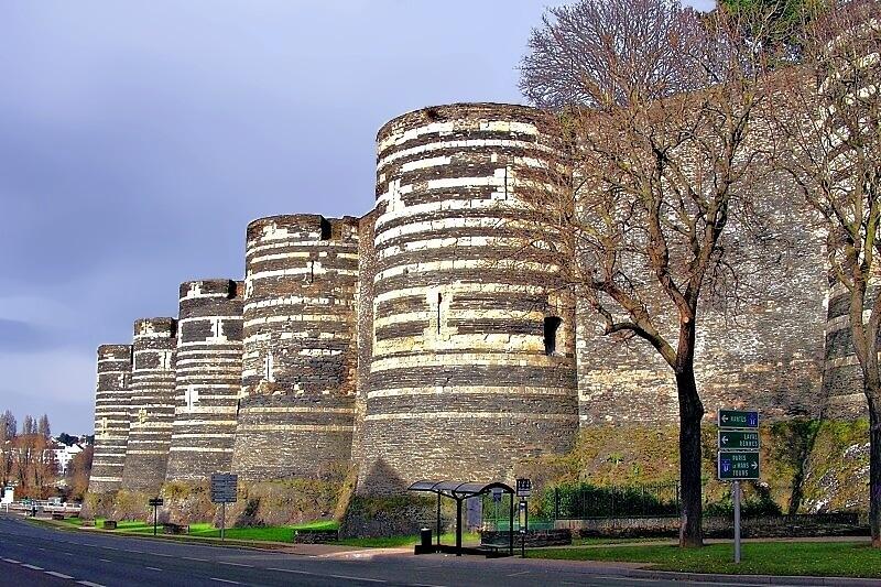 17 turnuri impunătoare constituie fortăreaţă medievală