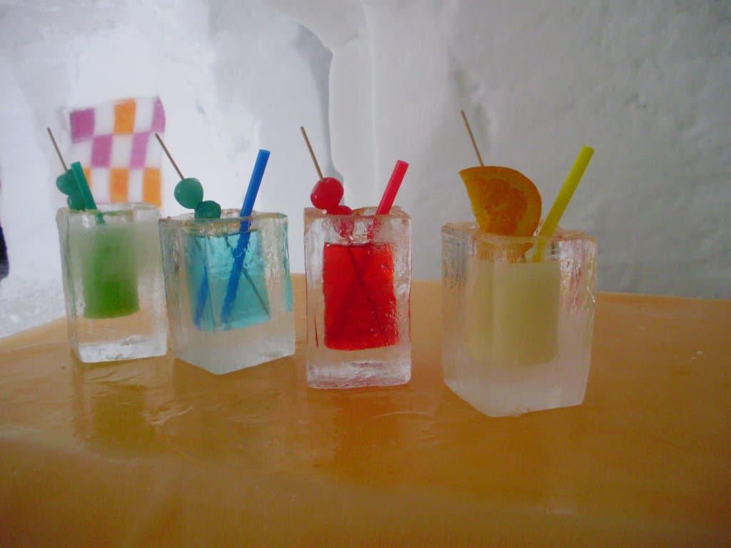 Cockeilurile sunt servite în pahare de gheaţă