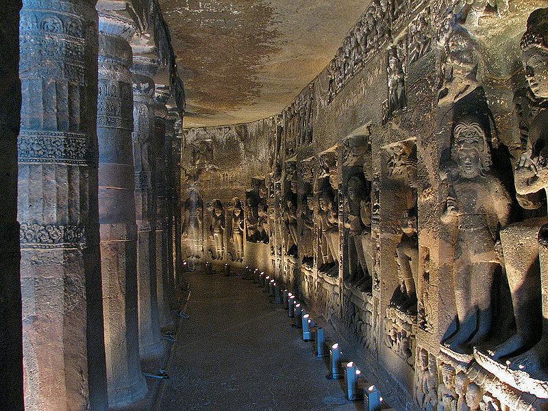 Grotele ilustrează scene din viaţa lui Buddha
