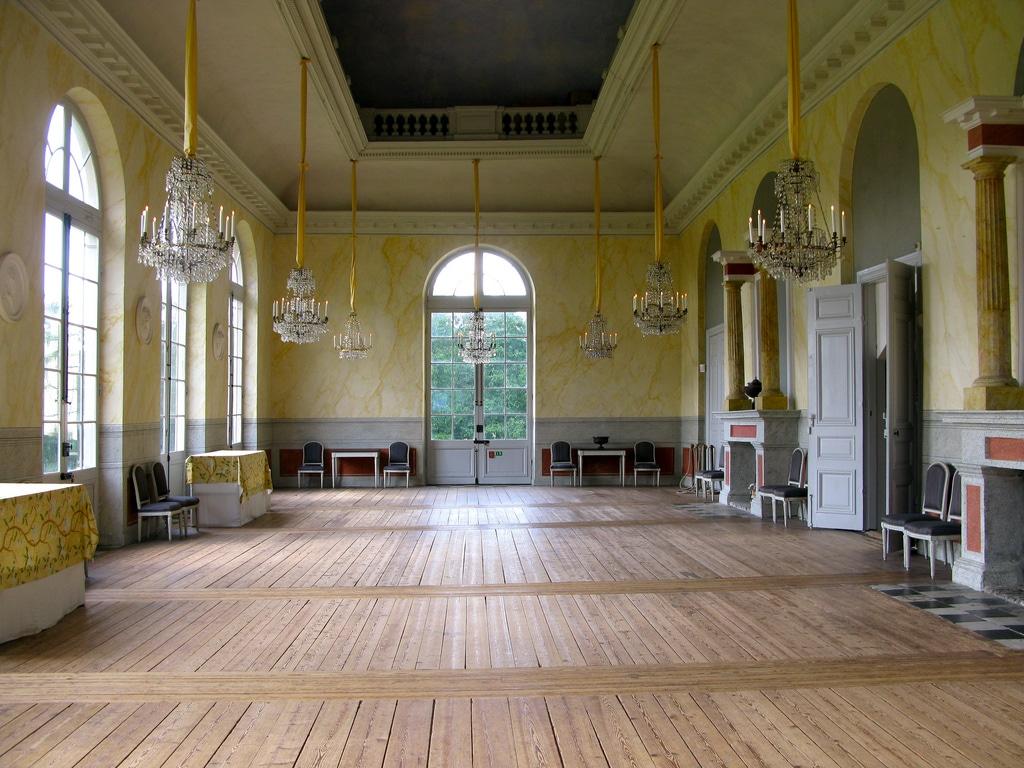 Interioarele sunt înfrumuseţate cu piese de mobiler deosebite