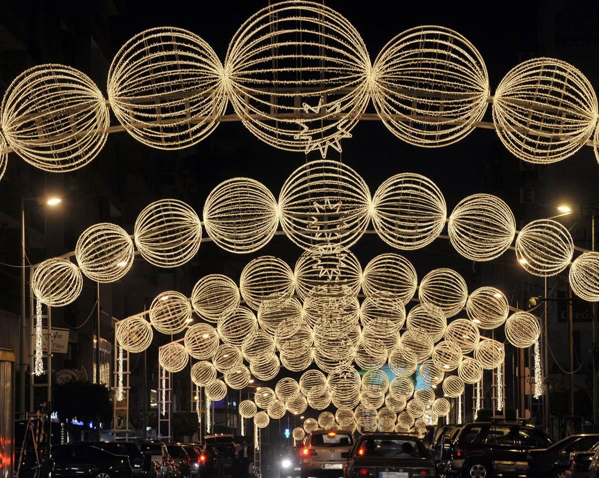Oraşul este frumos iluminat în timpul Sărbătorilor de Iarnă