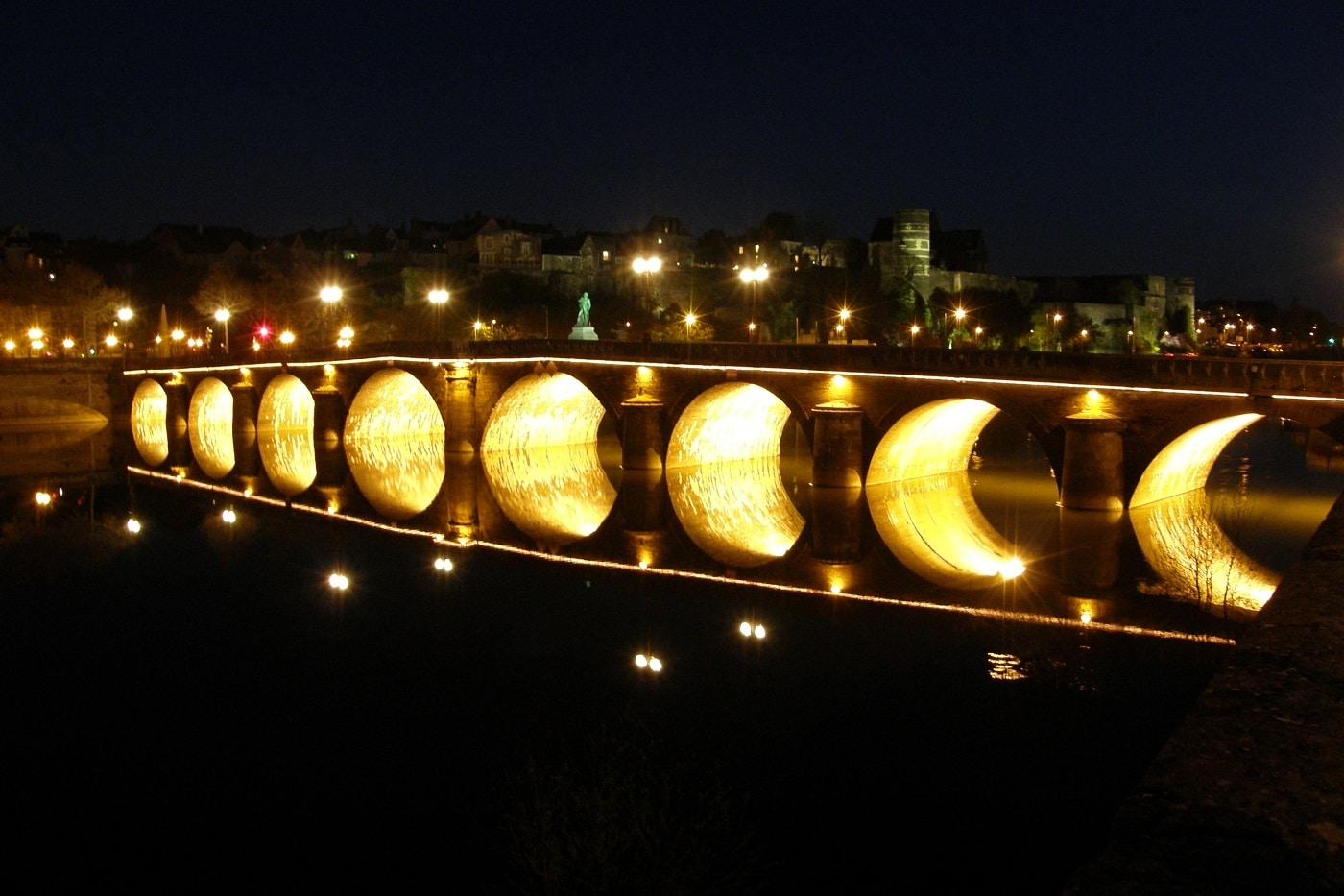 Podul care uneşte cele două maluri ale Râului Maine