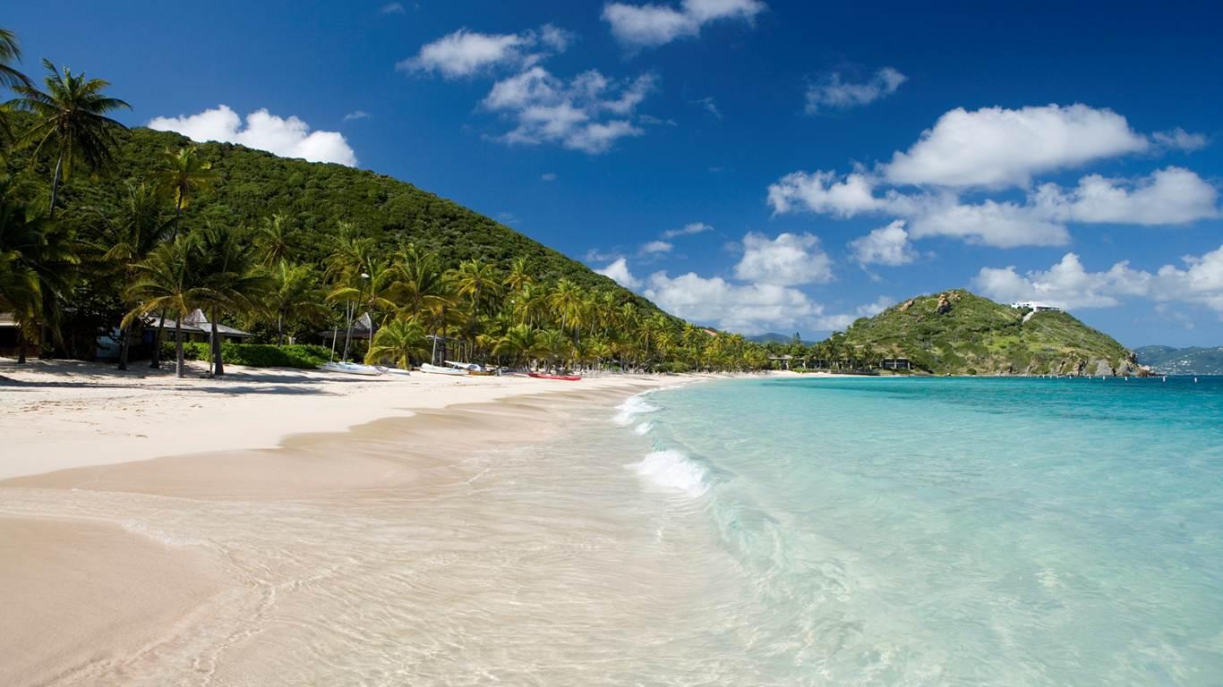 Apele învolburate și nisipul fin sunt principalul motiv pentru care turiștii se află în regiune