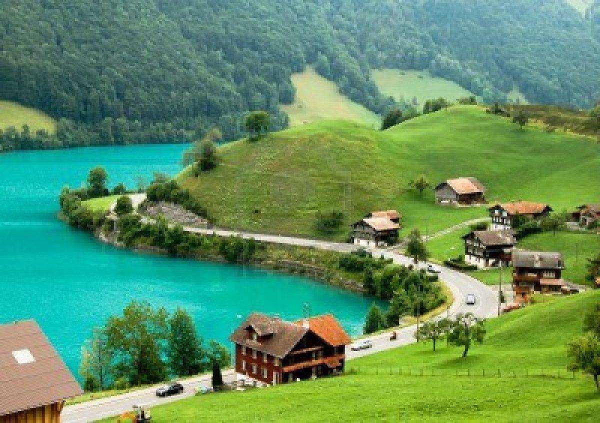 Cadrul natural din jur completează perfect frumusețea lacului