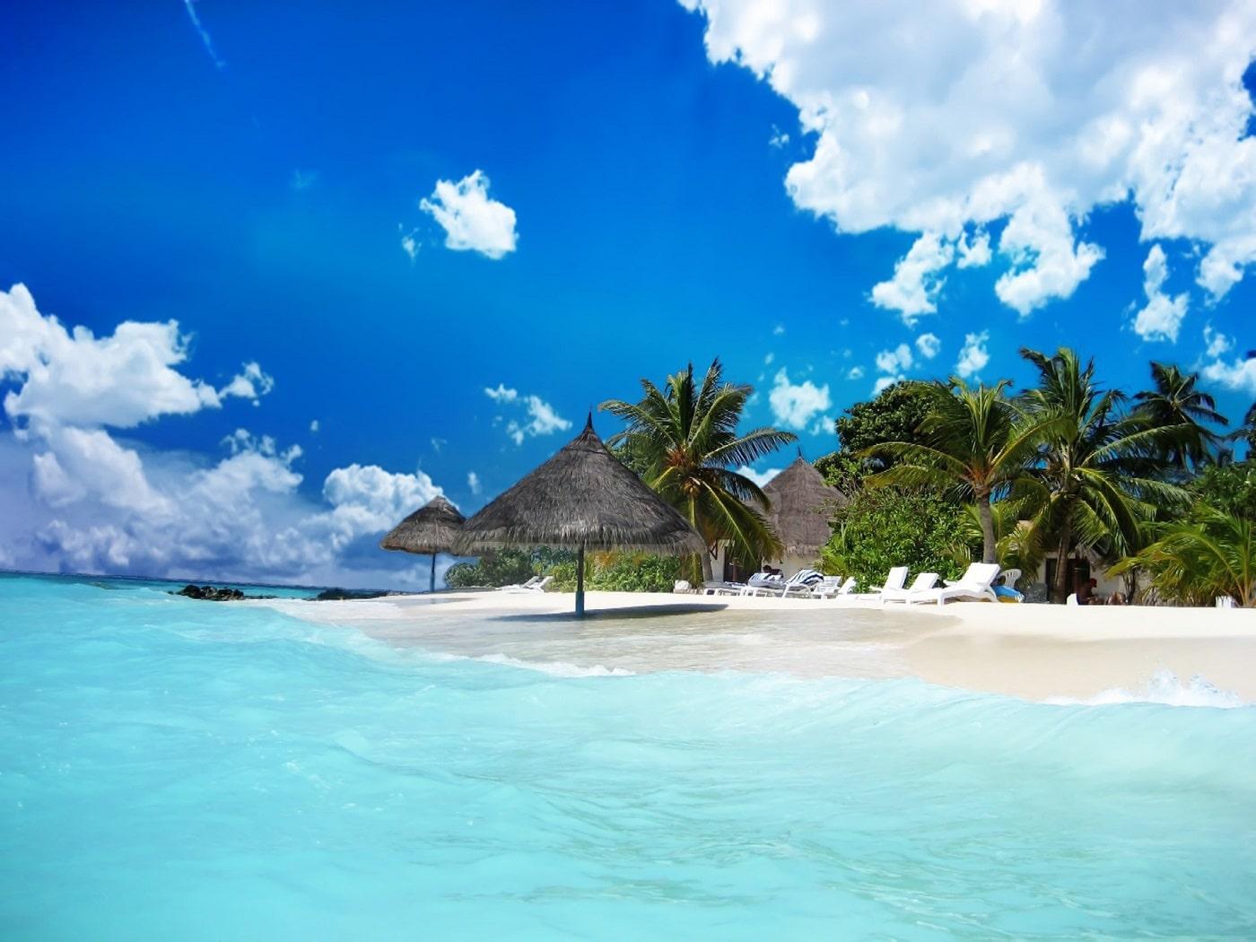Frumoasa plajă se remarcă prin apele limpezi ce completează cadrul natural