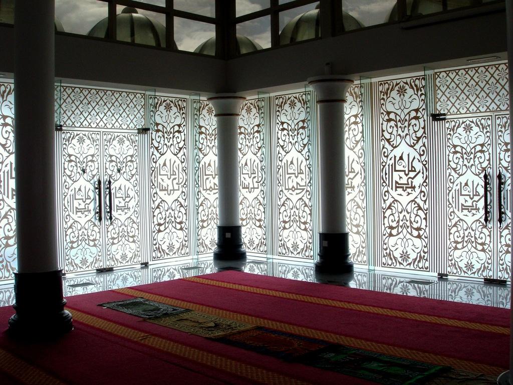 Interiorul este tipic moscheelor islamice