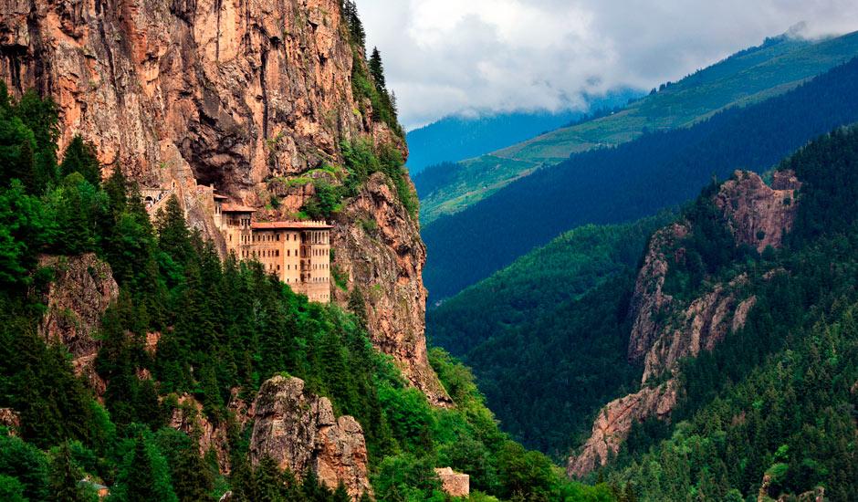 Mănăstirea este localizată într-un cadru natural de vis