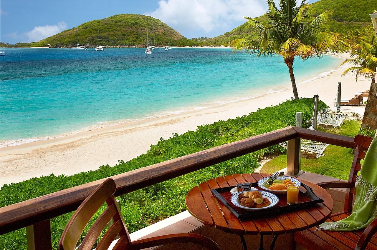 O dimineață perfectă începe pe terasa cu vedere la ocean