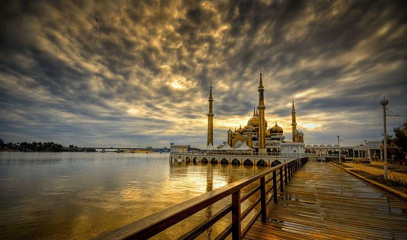 O punte din lemn te conduce spre intrarea în moschee