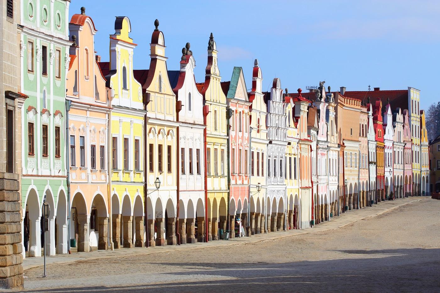 Orașul este dominat de edificiile multicolore